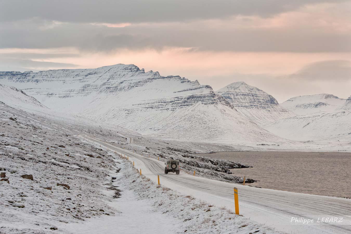 En fin de matinée, la route 96 à l'est de l'Islande à proximité de Fáskrúðsfjörður