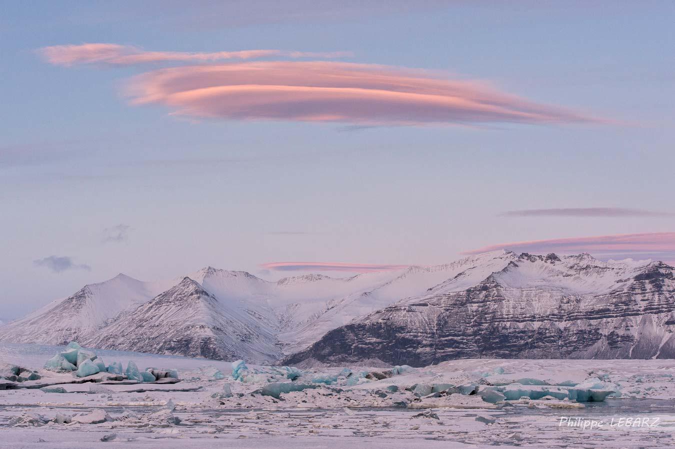 Vue sur le lagon de Jökulsárlón et sur un nuage lenticulaire