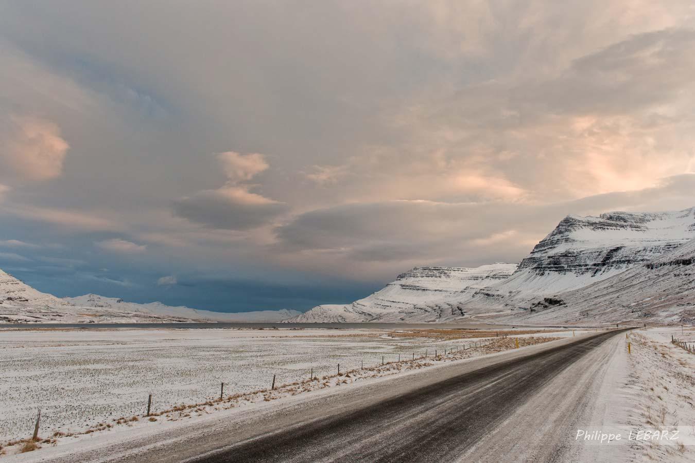 En fin de matinée, la route 96 à l'est de l'Islande à proximité de Reyðarfjörður