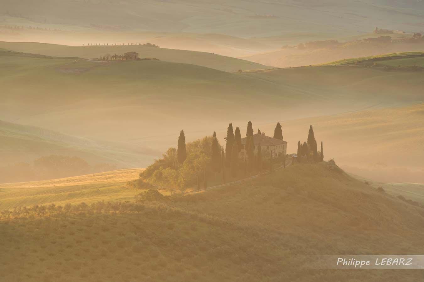 Paysage de Toscane à proximité de San Quirico d'Orcia au lever du soleil